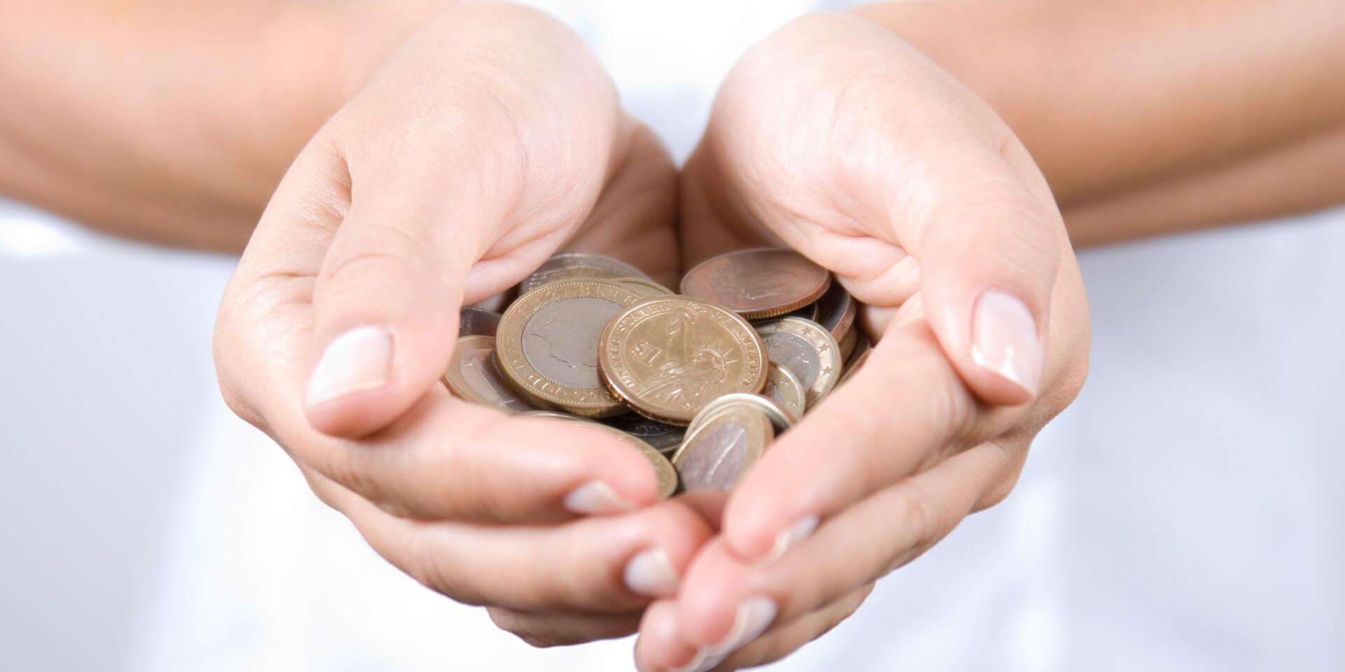 Eine Hand mit Euromünzen