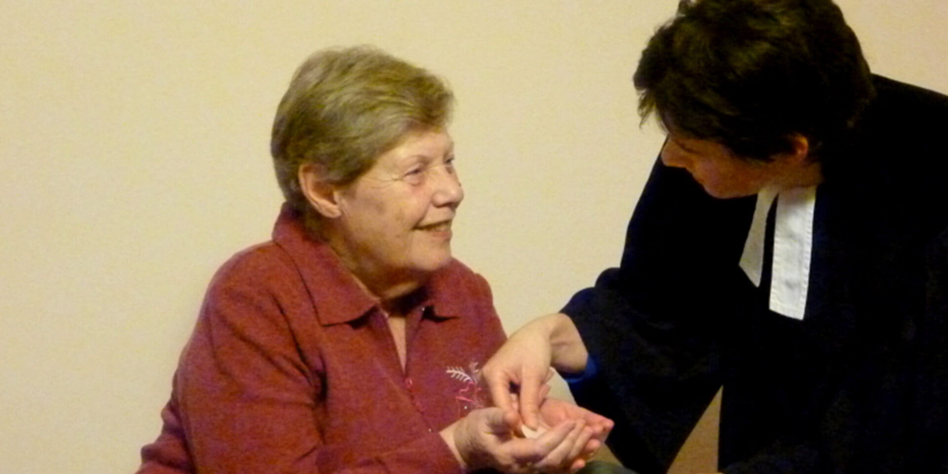 Seelsorgerin begleitet Seniorin.