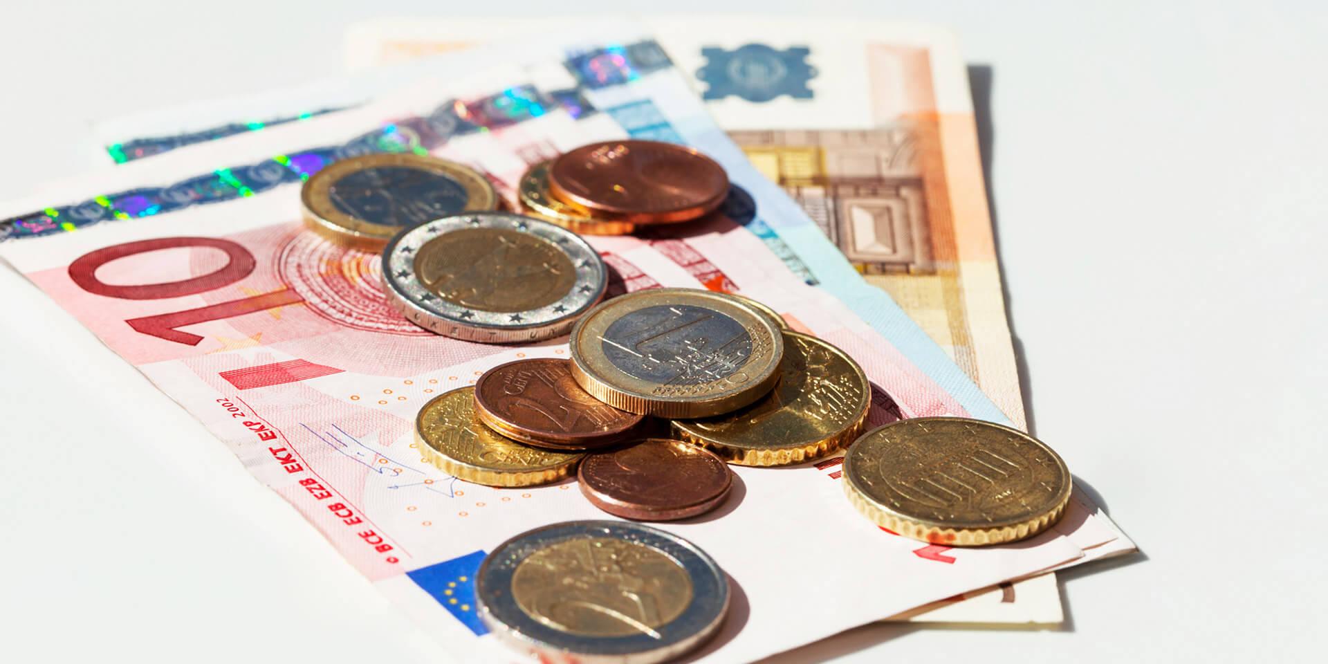 Verschiedene Euroscheine und Münzen