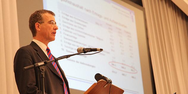 Finanzausschussvorsitzender Joachim Pietzcker bei seinem Bericht vor der Landessynode