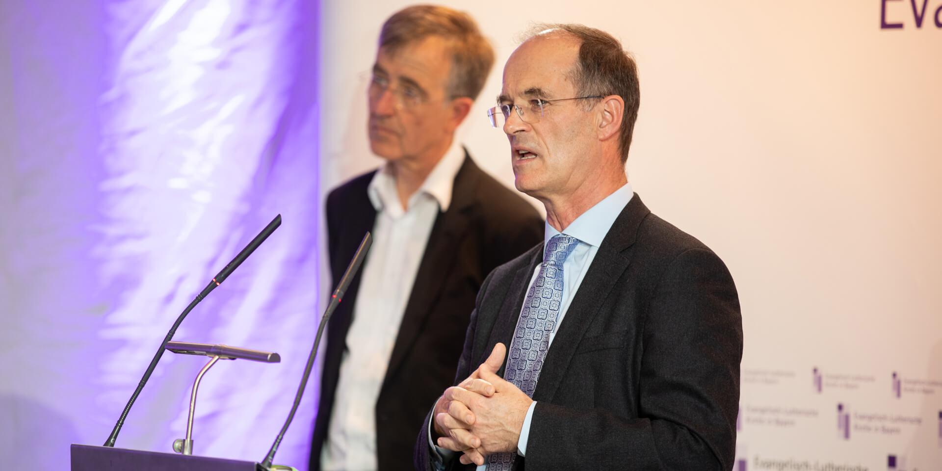 Finanzausschussvorsitzender Joachim Pietzcker, Oberkirchenrat Nikolaus Blum (v.r.)