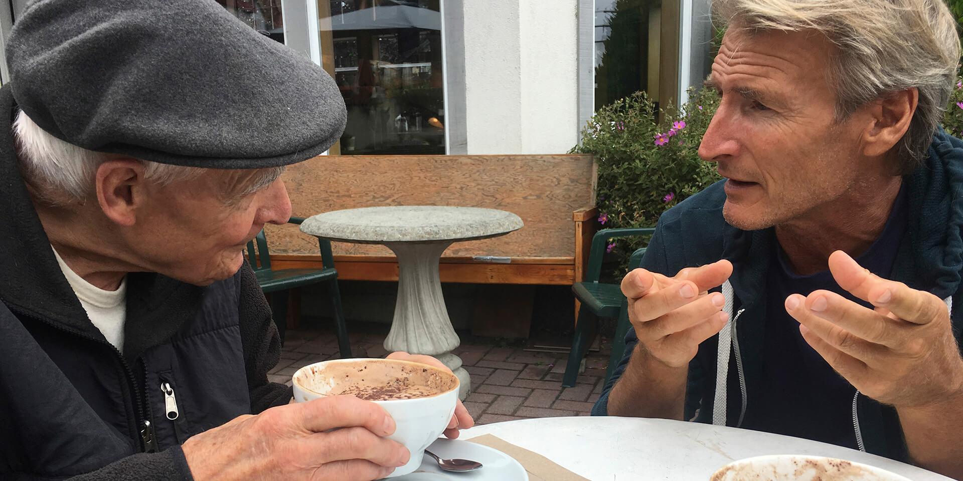 Gespräch zwischen einem älteren und einem jüngeren Mann
